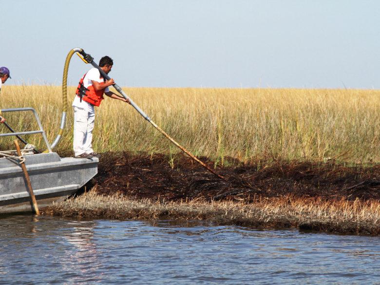 Nettoyage après l'explosion du Deepwater Horizon. / Clean-up after the Deepwater Horizon explosion.